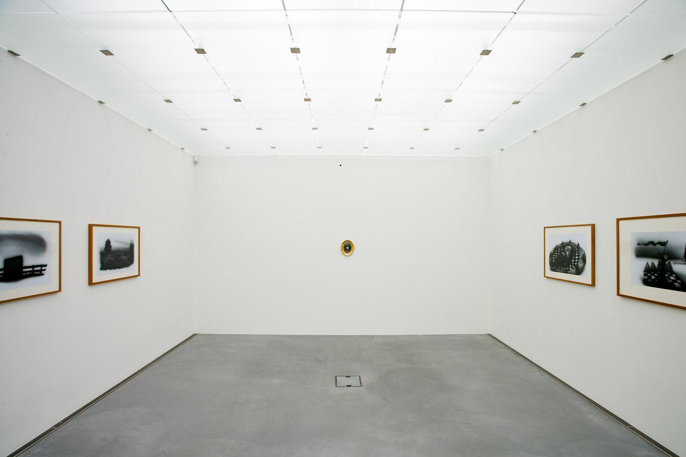 Ausstellungsansicht  Kampf um die Vorherrschaft um von Licht und Dunkelheit