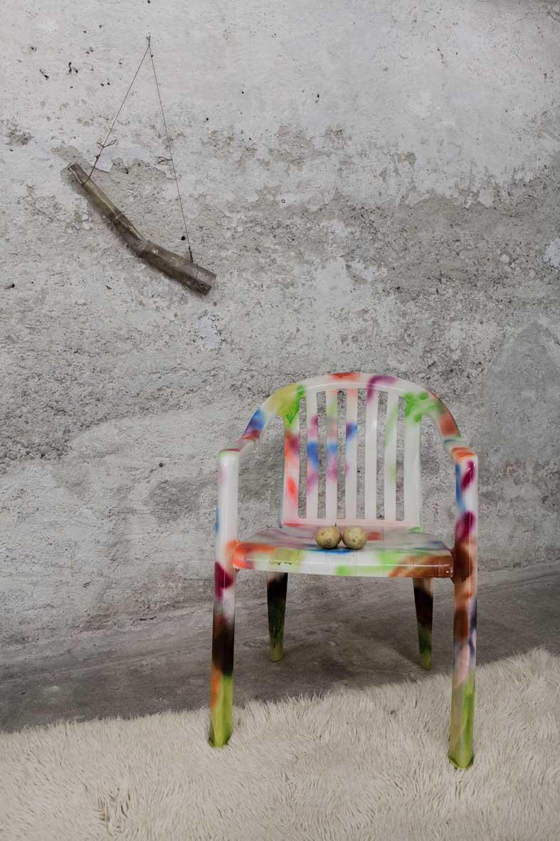 Stefan Inauen Pimp 2014 Installation, 4 teilig Stahl, Plastikstuhl, Lack, Sterlingsilber, Wolle, Kartoffeln, Rasierklinge Grösse variabel